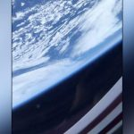 در اینجا نحوه نگاه زمین به فضانوردان داخل کپسول SpaceX وجود دارد
